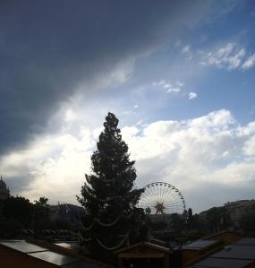 Village et sapin de Noël, au loin Place Masséna et grande roue