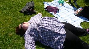 Les Experts, un corps dans l'herbe
