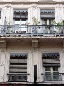 Immeuble New Orleans, Charlotte Rampling derrière la fenêtre de droite, deuxième étage...